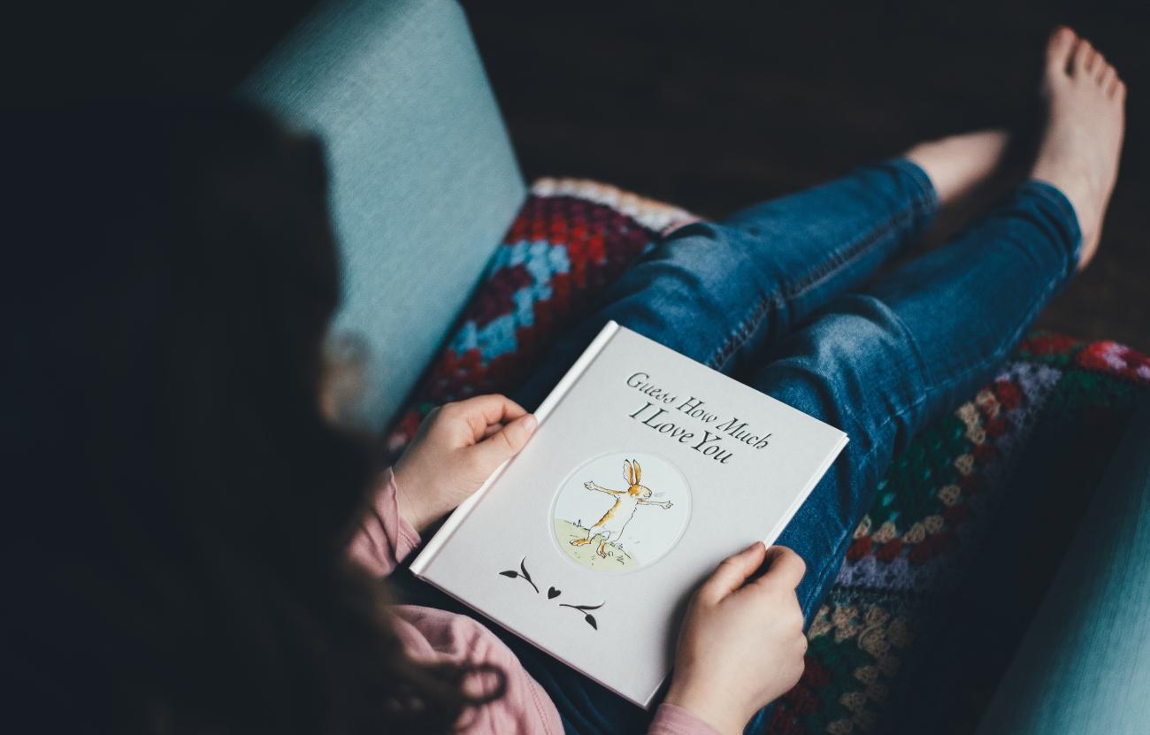 child reads 01 annie-spratt-210644
